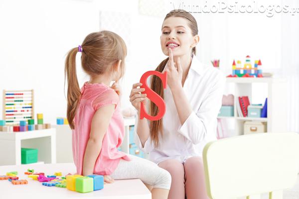 Quando é que uma criança deve ter consultas de terapia da fala?